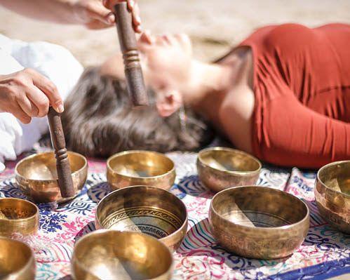 Die Klangtherapie Ausbildung vermittelt die Wirkung der Klangschalen auf den Körper