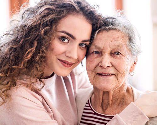 Tochter umarmt Mutter und unterstützt mit Kräuterpädagogik
