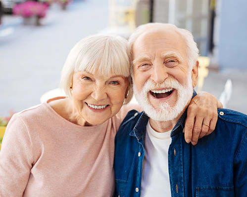 Altes Ehepaar fühlt sich über Engelchanneling freudvoll betreut
