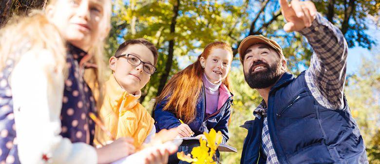 Ein Erlebnispädagogik Ausbildung Trainer zeigt Kindern die Natur als Energiequelle neu zu entdecken.