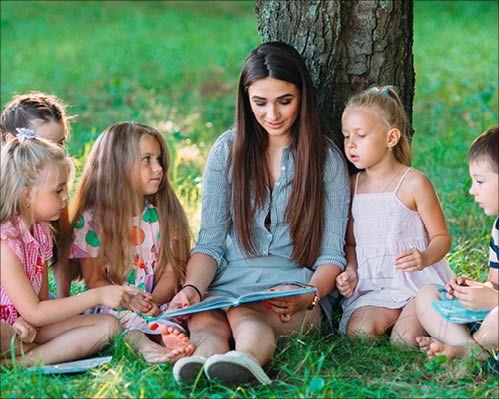 Erzieherin vermittelt die Faszination Natur in der Erlebnispädagogik Fortbildung an Kinder weiter.